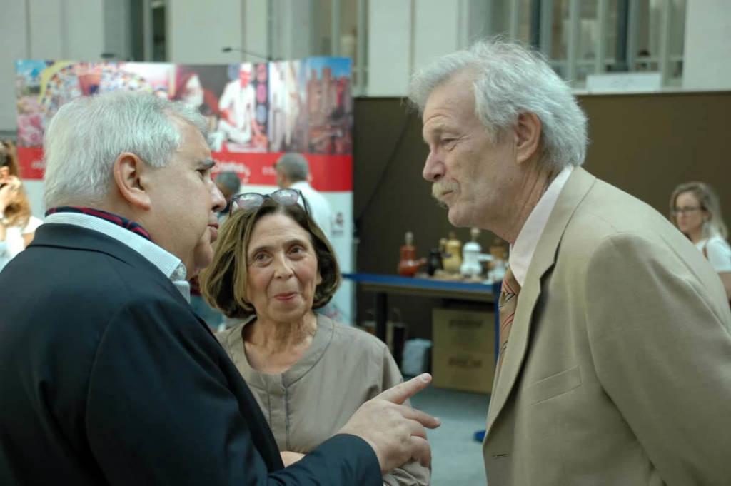 El autor, Nikita Harwich, conversa con el editor, Henry Odell en presencia de la esposa de aquel, Sra. Astrid Avendano
